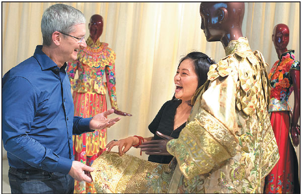 Tim Cook Ceo Of Apple Inc Talks With Chinese Fashion