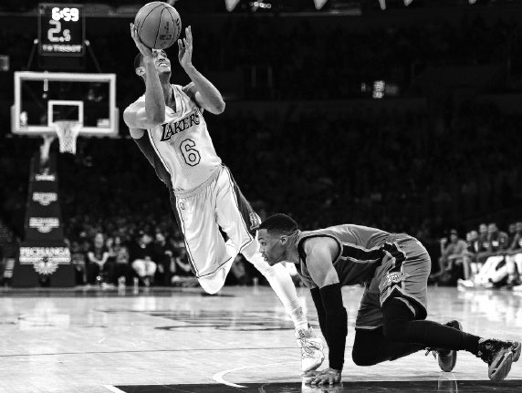 jordan clarkson of the los angeles lakers sets for an off