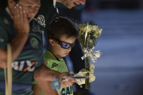 people pay tribute to the brazilian soccer players in