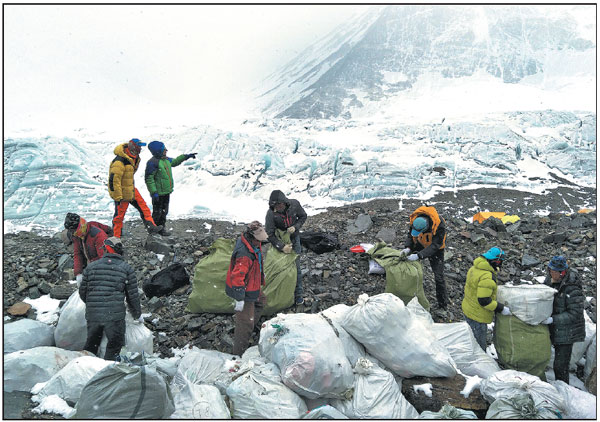 People Collect Garbage At The North Slope Of Qomolangma In