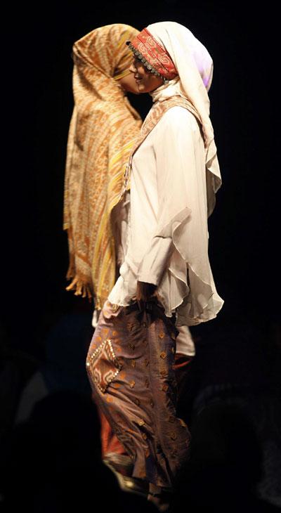Muslim Fashion Designer on Muslim Dresses By Indonesian Designer Savitri During A Muslim Fashion