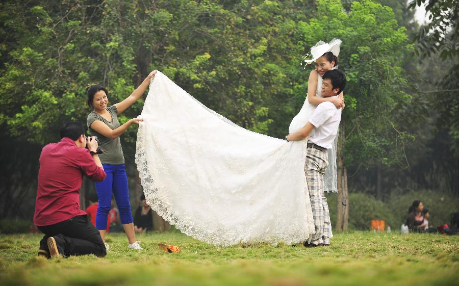 New Couples Take Wedding Photos During Holiday3