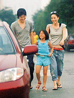 Photo of Faye Wong & her Daughter  Dou Jingtong