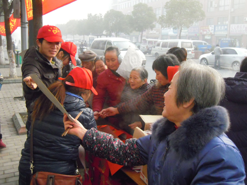 Huaqiao volunteers give out Spring Festival couplets