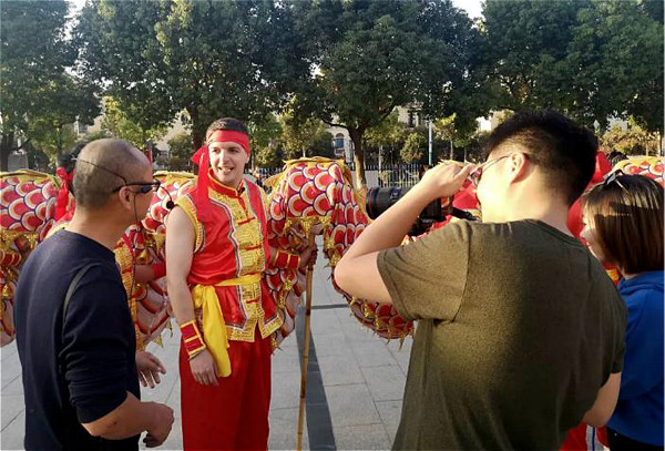 British cewebrity learns lion dance in Taicang