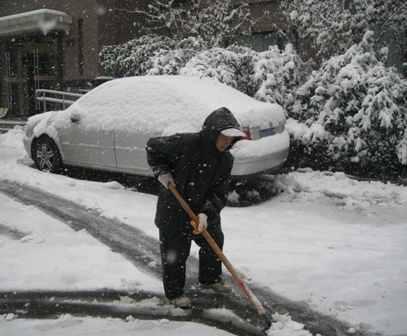 济南一小区清洁工人扫雪(摄影 赵瑞雪)-济南迎来今冬首场大到暴雪图片