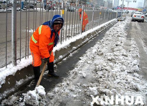 济南环卫工人坚守扫雪一线图片