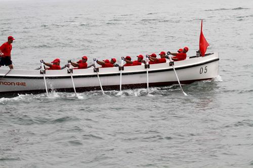 青岛国际海洋节举行舢板大赛图片