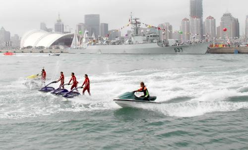 青岛国际海洋节举行海上滑板和摩托艇比赛图片
