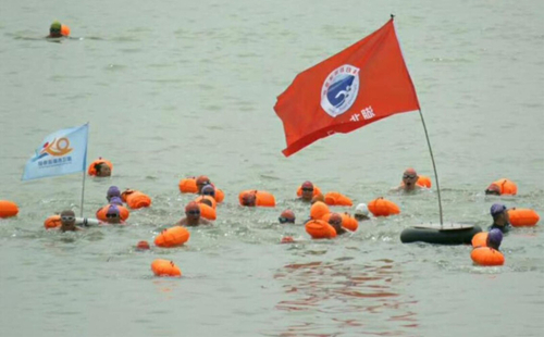 Swimmers brave Yellow River