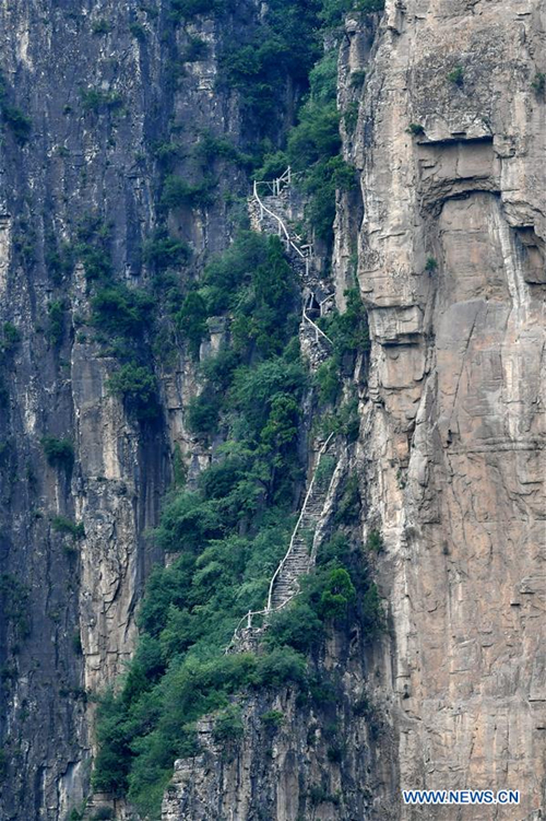 Cliff road connects isolated Shanxi village to tourist hotspot