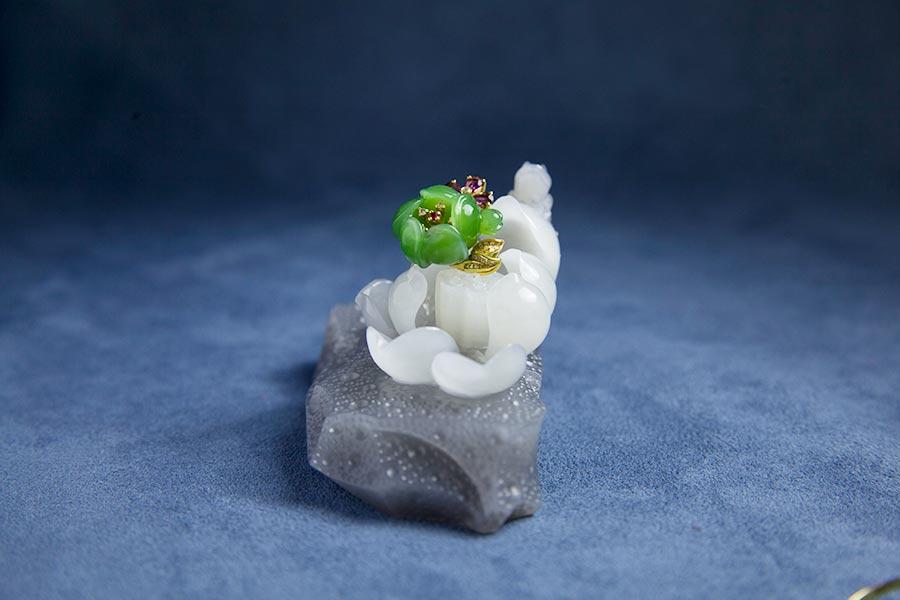 Urumqi jeweler showcases Hetian jade creations in Beijing