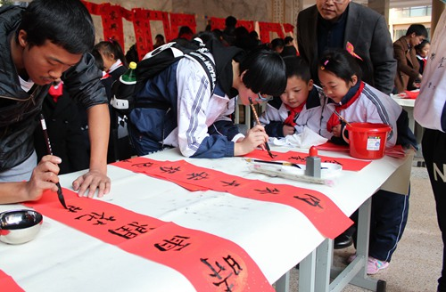 Children write couplets to welcome Spring Fes
