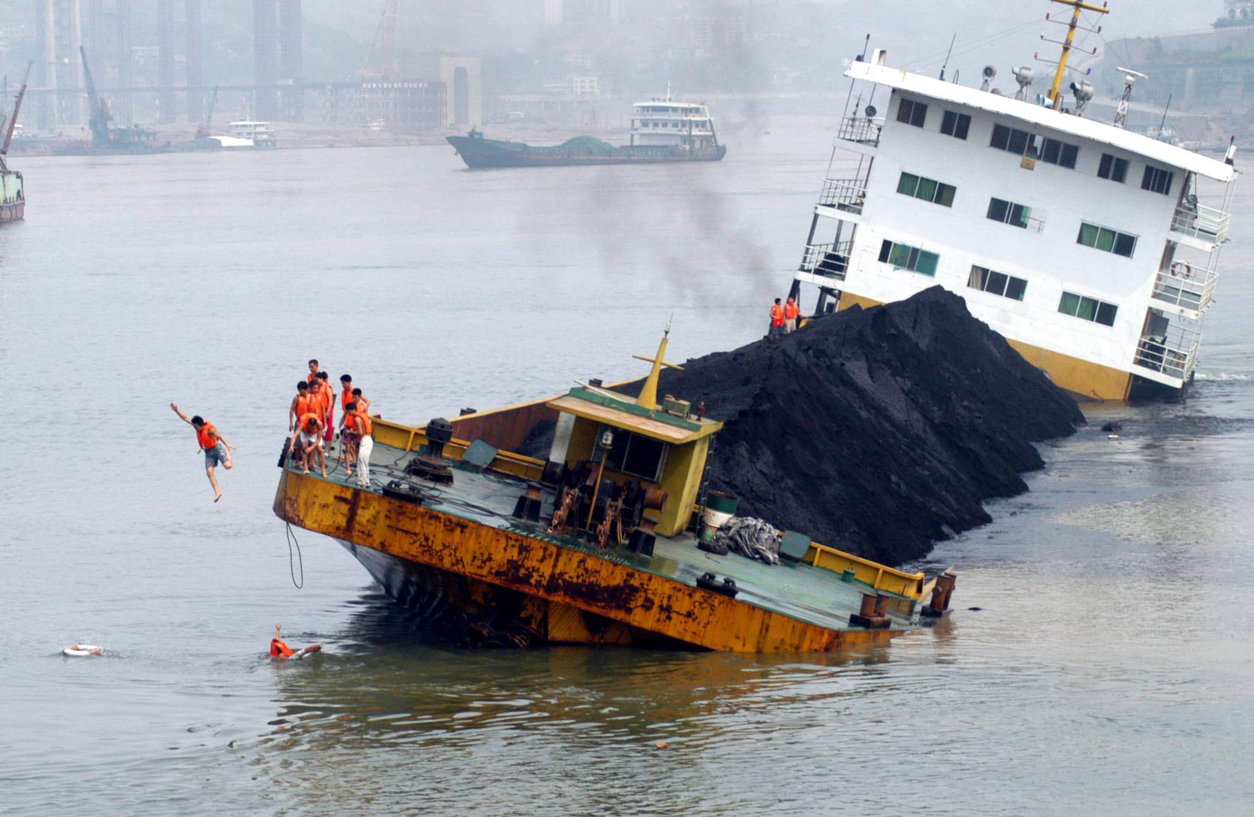 Cargo ship sinks in Yangtze River