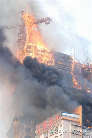 Fire breaks out in highrise in C. China