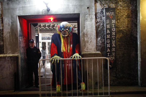 Holloween Haunted House Caters To Chinese Visitors