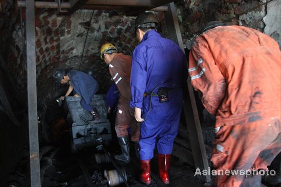 4 dead, 3 trapped in Central China coal mine flood