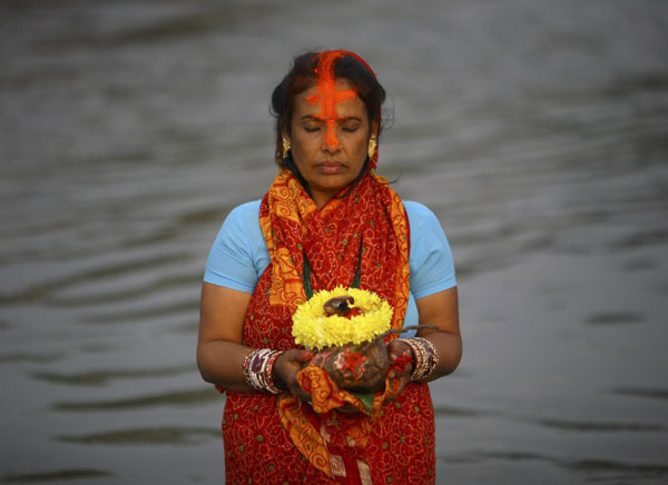 Hindu devotees pray to Sun god|World|chinadaily.com.cn
