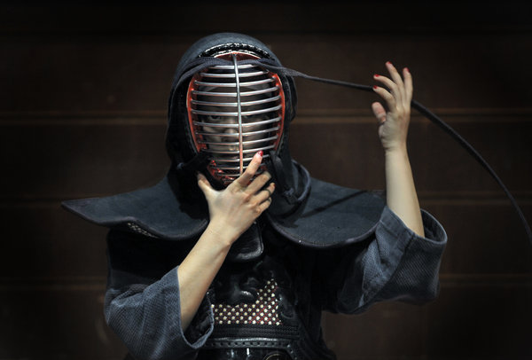 Office workers fight kendo to stay strong[1]|chinadaily com cn