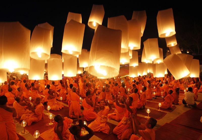 Buddhist monks pray for new year in Thailand[2] chinadaily.com.cn