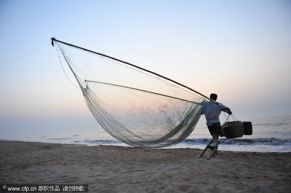 Fisherman stilted against power of the sea[5]- Chinadaily com cn