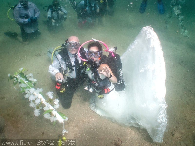 Espejo Frenier, 32, at the altar, after getting married underwater ...