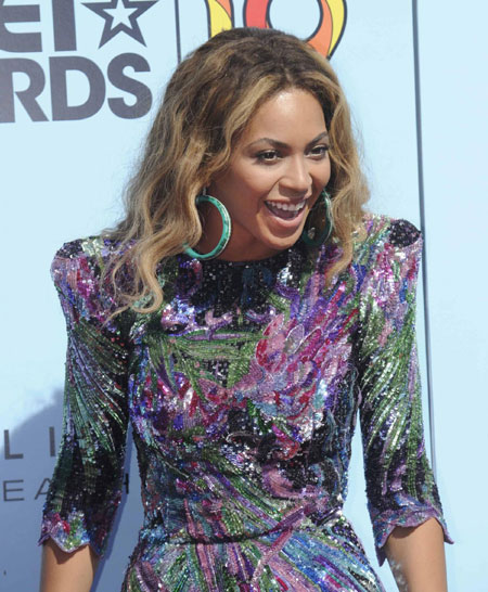 Beyonce smiles after winning the best female r b artist award at bet