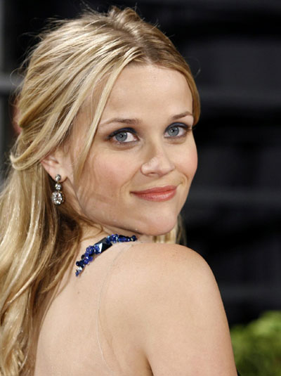 Reese Witherspoon poses at 2009 Vanity Fair Oscar Party in West Hollywood