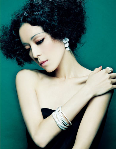 Zhang Jingchu demonstrates 'Bazaar Jewelry'
