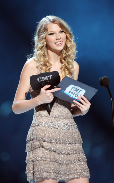 Taylor Swift awarded at 2009 CMT Music Awards