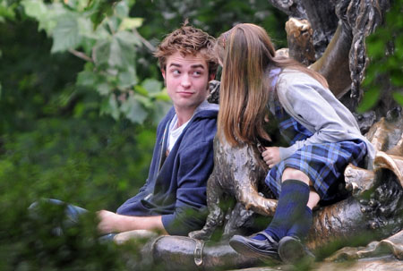 Aunt urges Pattinson not to fall for Twilight co-star Kristen