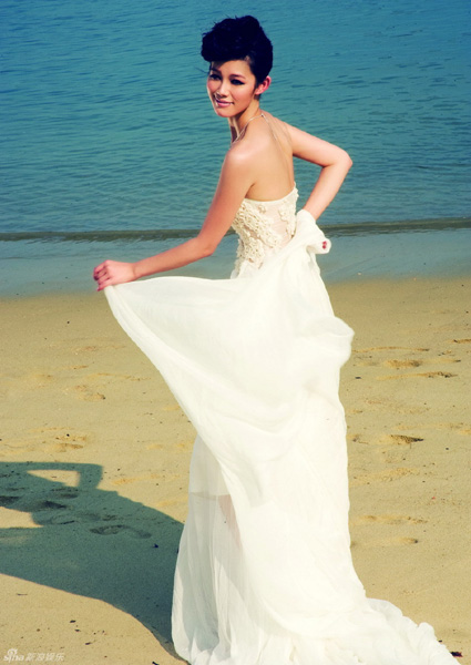 Yu Na flaunting bridal gown on beach