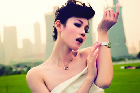 Yu Na flaunting bridal gown on beach