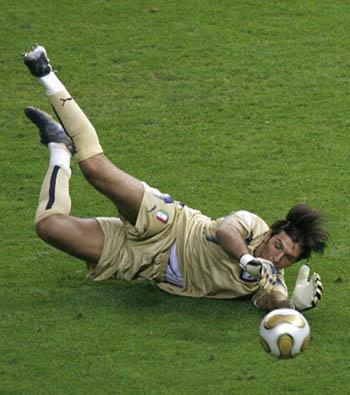 Italian goalkeeper Gianluigi Buffon has won the Lev Yashin Award for ...