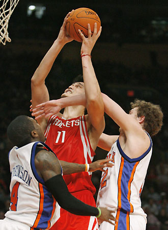 nate robinson blocks yao ming nate robinson plays for the nate    Yao Ming And Nate Robinson