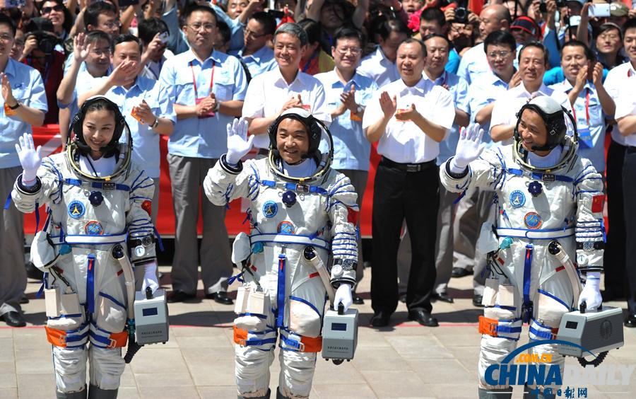 2013年6月11日,神舟十号航天员出征仪式在酒泉卫星发射中心圆梦园图片