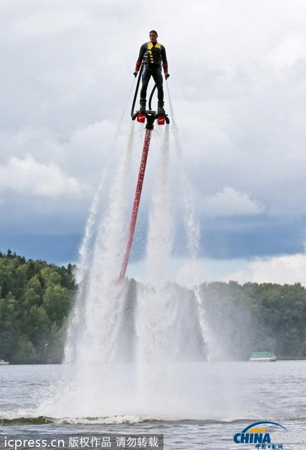 设计师打造喷气式水上飞行器 人比海豚技高一筹