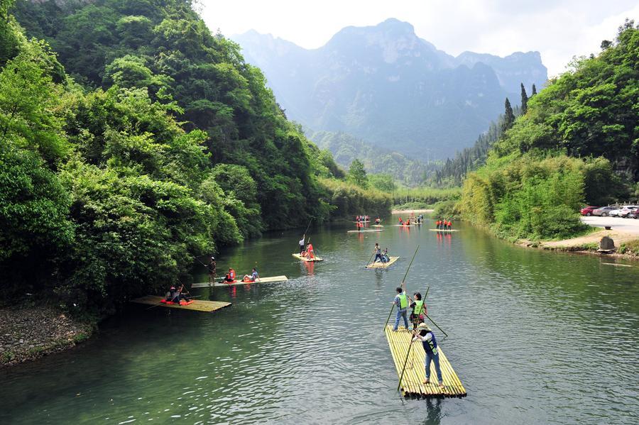 Tourists enjoy bamboo rafting in China's Hubei[1]