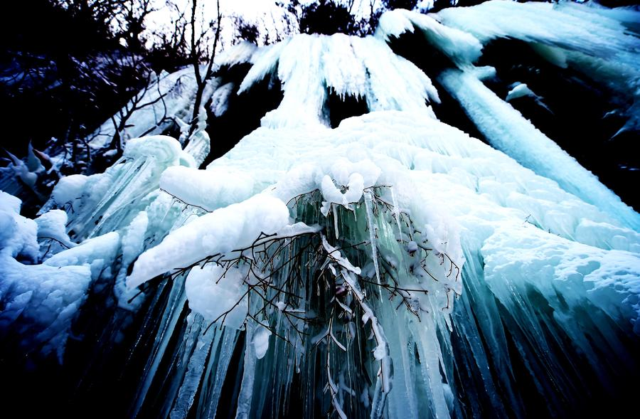 Scenery of icy waterfalls at Guanmen Mountain scenic spot in NE China[1]