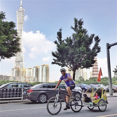 Businessman cycles around China with 4-yr-old daughter and dog