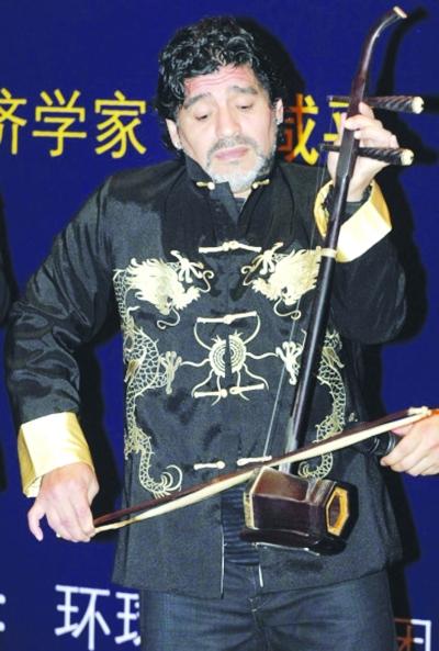 中国 马拉多纳 拉二胡/马拉多纳作秀拉二胡。