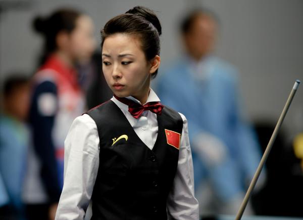 潘晓婷/11月17日,中国选手潘晓婷在比赛中观察球位。