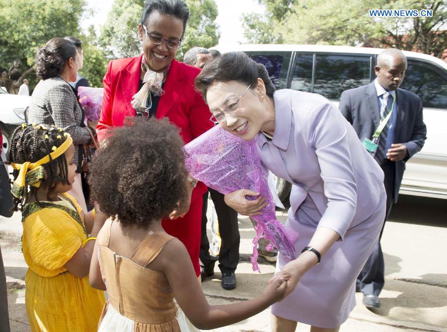 Premier Li's wife visits Addis Ababa University in Ethiopia