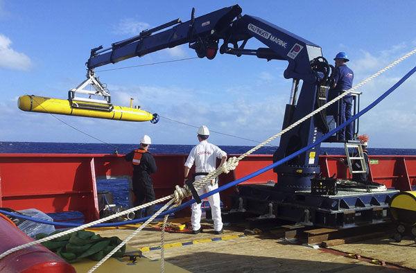 Hunt for Malaysian plane heads underwater