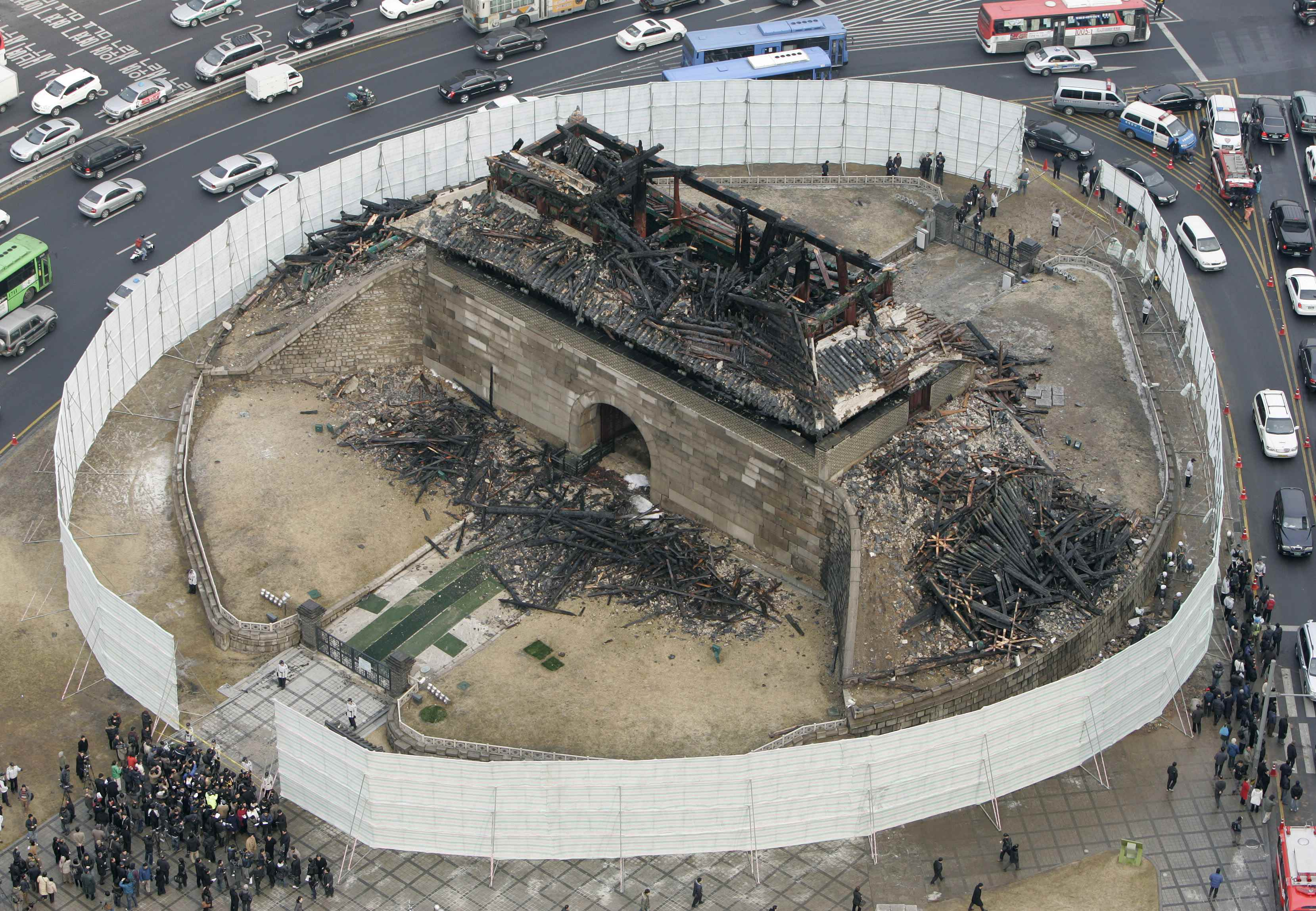 Seoul S Iconic Ancient City Gate Destroyed By Fire