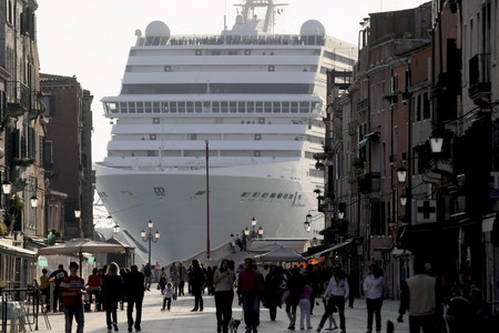 A massive cruise ship sailing through Venice. Copyright Chinadaily.com