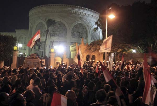 Egypt's Morsi leaves palace amid violent protest