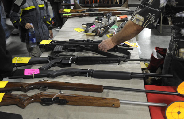A dealer displays firearms for sale at a gun show in Kansas city, Missouri December 22, 2012. [Photo/Agencies]