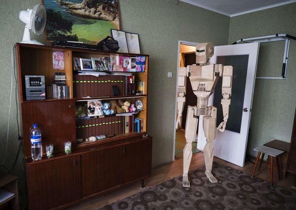 Crane operator creates wooden robot2 chinadaily crane operator creates wooden robot malvernweather Gallery
