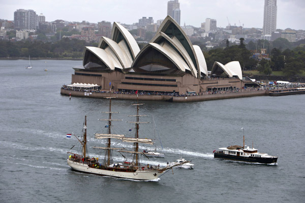 Warships enter Sydney for Int'l Fleet Review